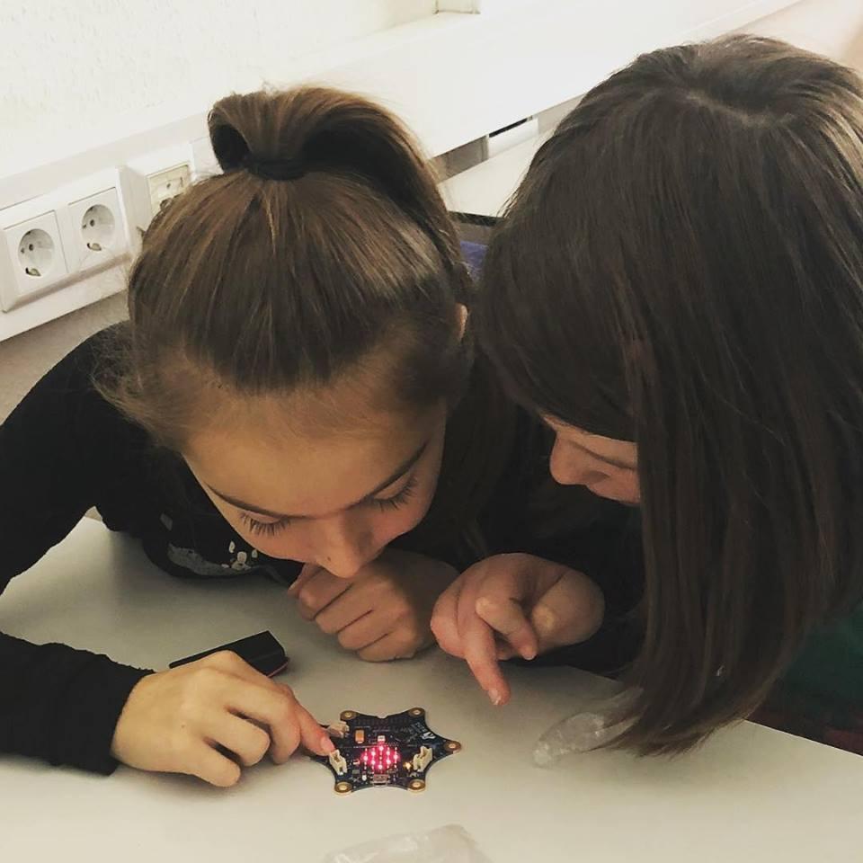 Schulkinder entdecken die Funktionen des Calliope mini