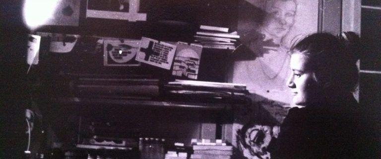 Ich an meinem Schreibtisch im Wohnheim – hier schrieb ich 1989 mein Tagebuch
