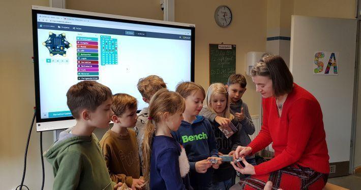 Bild zeigt die Übergabe eines Klassensatzes Calliope Mini-Controller an die Pestalozzi Grundschule in Birkenwerder .