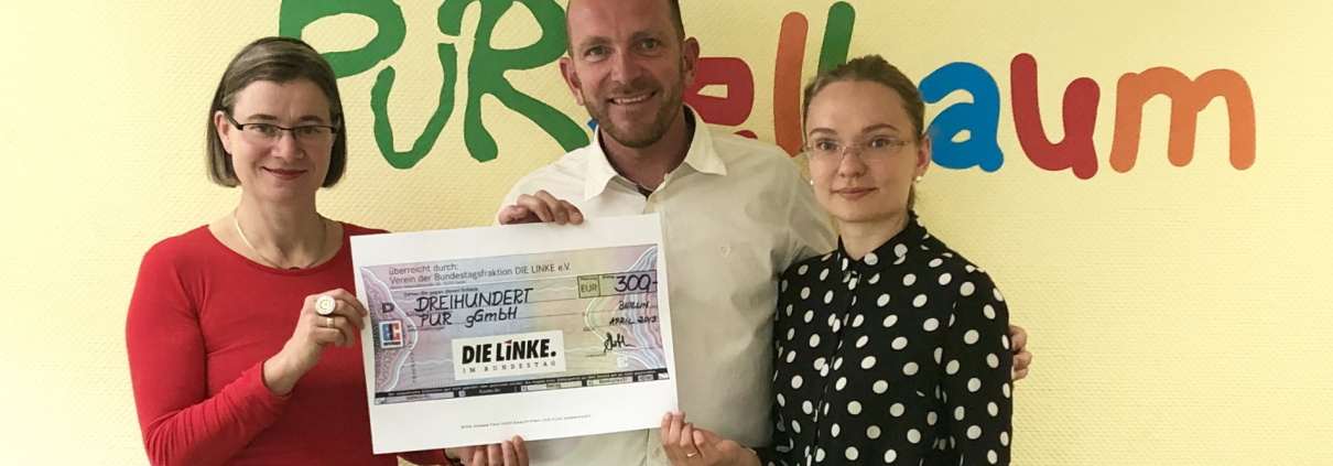 Bild zeigt Anke Domscheit-Berg, Steffen Leber und die Integrationsmanagerin bei der Spendenscheckübergabe bei der PuR