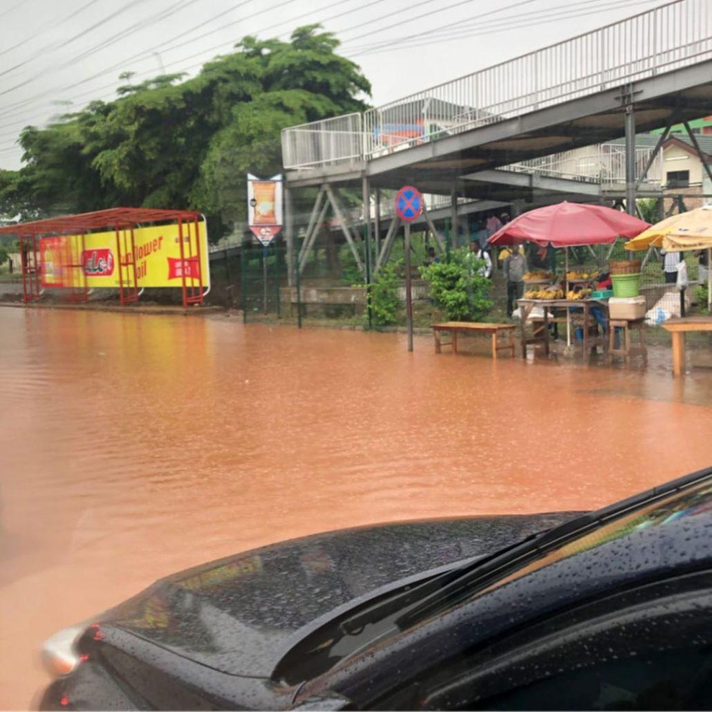 Reißende Flüsse auf den Straßen von Accra, der Hauptstadt Ghanas