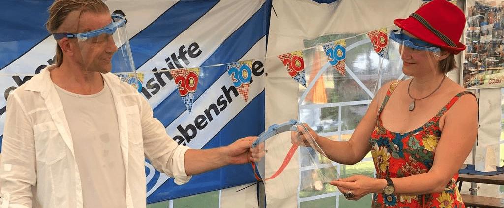 Anke Domscheit-Berg übergibt Face-Shield
