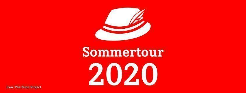 Weißer Hut über Schriftzug auf rotem Grund: Sommertour 2020
