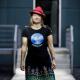 Anke Domscheit Berg läuft. T-Shirt mit Aufdruck: Cyberpeace