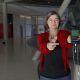 Anke Domscheit-Berg mit Handy. Corona-Warn-App zu sehen.