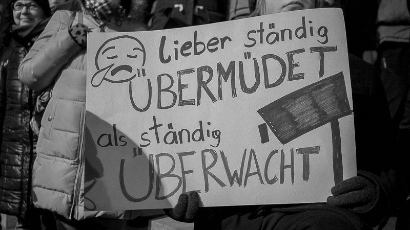 Selbstgemachtes Demo-Schild mit der Aufschrift: Lieber ständig übermüdet als ständig überwacht.