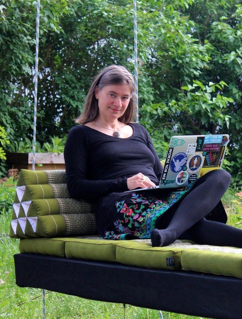 Anke Domscheit-Berg auf einem Baumbett mit Laptop auf dem Schoß