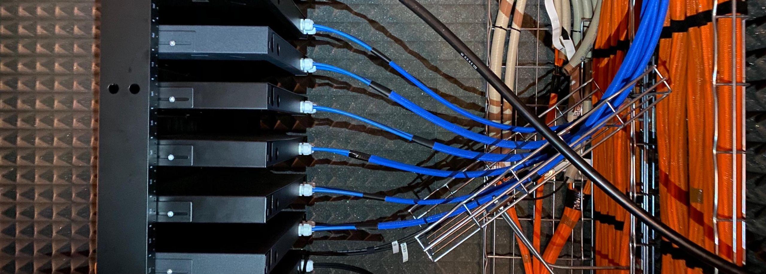 Blaue und rote Kabel eines Rechenzentrums